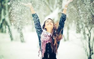 winter-wallpaper-met-een-vrouw-in-de-sneeuw